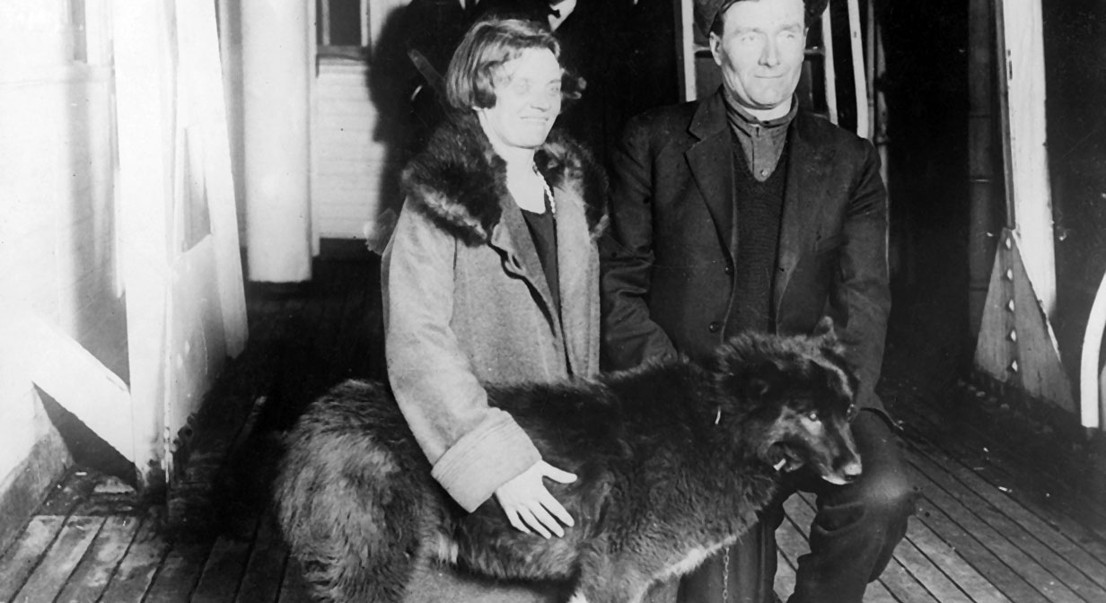 Gunnar Kasson and his wife with Balto, 1925.