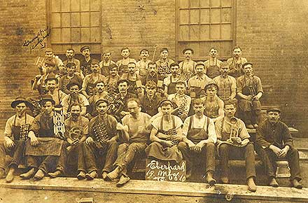 Group photo of Eberhard Manufacturing Company employees, 1910